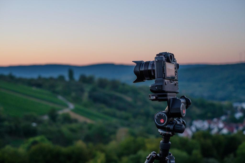 Digitale Systemkamera auf einem Stativ